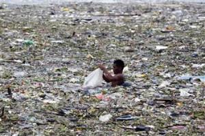 Raccolta di plastica trascinata dall'acqua nella Baia di Manila