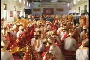 Scena da un matrimonio di massa del 2009 in Madhya Pradesh. Alla vigilia fu condotto un test di verginità per tutte le spose