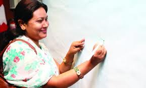 Shanta Chaudhary firma una petizione anti-schiavitù