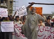 La folla inferocita contro il commerciante Khan