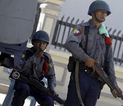 Poliziotti a difesa della miniera cinese di Monywa