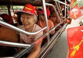 Anziani militanti dell'Nld in giubilo dopo il voto
