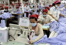 Operaie di una fabbrica tessile cambogiana
