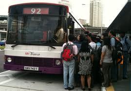 Passeggeri in attesa del bus a Singapore