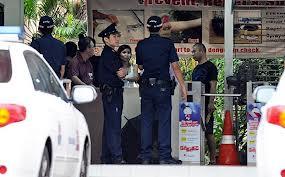 Poliziotti a guardia degli autisi cinesi in sciopero a Singapore