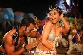 Scena di danza tra l'eroe di Bollywood e la sua preda