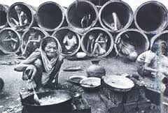 Rifugiati del Bangladesh nel 1971 (foto Raghu Rai)