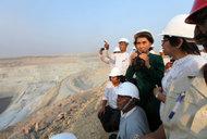 Aung San Suu Kyi visita la miniera contestata
