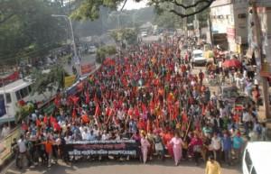 Il corteo di pochi mesi fa per le vittime del rogo in fabbrica a Dhaka