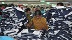 Prodotti di marca in una fabbrica del Bangladesh