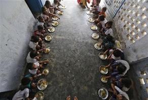 Il pasto di mezzogiorno in una scuola pubblica di Chhapra. Foto REUTERS/Adnan Abidi