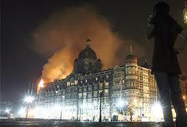 Il Taj Mahal di Mumbai in fiamme dopo l-assalto di un commando islamico