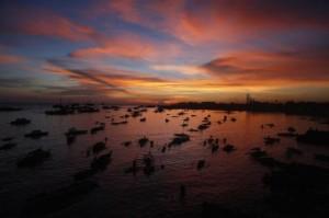 L'evacuazione in barca dei residenti di Zamboanga
