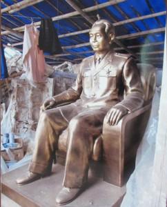 Una statua in bronzo del generale Giap. L'idea di dedicargli un museo nacque per il suo 101esimo compleanno all'Associazione delle Scienze storiche