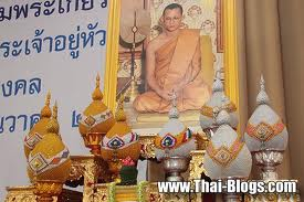 L'immagine del re al tempo in cui era monaco buddhista sull'altare di un tempio