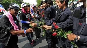 A dicembre i manifestanti offrirono fiori agli agenti