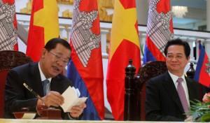Il Primo ministro khmer Hun Sen, - sinistra - e il so omologo vietnamita Nguyen Tan Dung in un incontro recente ad Hanoi