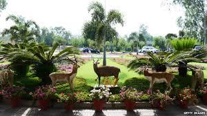 Vista del parco della villa di Nawaz Sharif