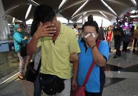 Parenti dei passeggeri all'aeroporto di Pechino