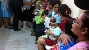 Madri surrogate con i figli nati in provetta in attesa di interrogatorio a Bangkok