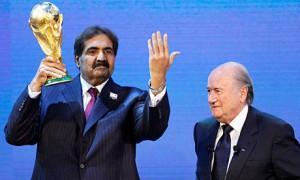 Lo sceicco del Qatar Hamad bin Khalifa al-Thani col trofeo della Coppa del mondo dopo aver ottenuto dalla FIFA i giochi del 2022.