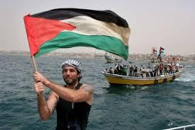 Vittorio Arrigoni con la bandiera palestinese