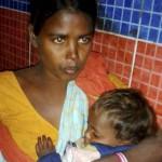Una madre in ospedale col figlio ferito da ribelli di Bodoland