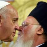Il bacio tra il Papa e il Patriarca della Chiesa greco ortodossa  Bartholomew. Foto Filippo Monteforte/Epa