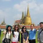 Turisti cinesi davanti a un tempio thai