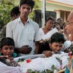 I figli di uno dei pescatori uccisi al funerale del padre