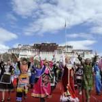 Tibetani in costumke per la celebrazione dell'8 settembre