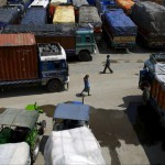 Autotreni dall'India fermi alla frontiera col Nepal