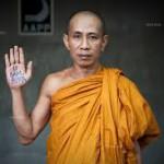 Un monaco con la scritta della campagna per la liberazione dei detenuti politici con il nome di U Gambira