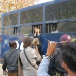 U Gambira nel furgone della polizia salutato dalla moglie Marie