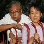 Il futuro nuovo presidente birmano Htin Kyaw con Aung San Suu Kyi sul cancello della sua casa durante la prigionia