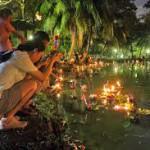 """Krathong """"offerti"""" al fiume in Thailandia"""