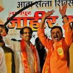 """Una manifestazione coi leader Shiv Sena armati di spada """"simbolica"""" sul palco"""