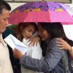 La madre della bambina uccisa online confortata da un'amica