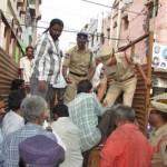 La polizia carica i mendicanti di Ahmedabad sui camion