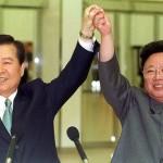 kim jong ill alza mani con Kim Dae-jung. Goiugno 2000