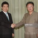 Kim Jong Ill stringe la mano a un altro ex presidente sudcoreano, Roh Moo-hyun, Ottobre 2007