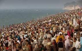 Pellegrini sulle rive del Gange ad Allahbad durante l'ultimo Kumbh Mela