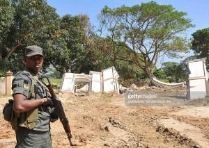 Soldato cingalese dello Sri Lanka di guardia a un cimitero di guerra dei Tamil