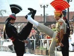 """La """"danza marziale"""" di soldati indiani e pachistani sul confine di Waga al confine tra i due Paesi."""