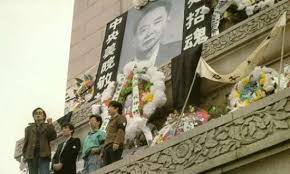 Una foto di Hu Yaobang piazzata dagli studenti di Tien An Mien sul monumento agli Eroi del Popolo.