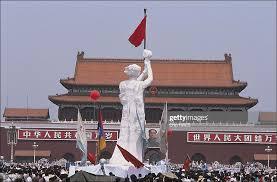 Il modello della statua della libertà eretto su Tien An Mien di fronte al ritratto di Mao.