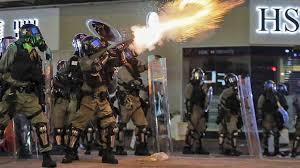 Poliziotti lanciano lacrimogeni nel centro di Hong Kong