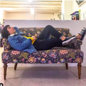 sara e il suo divano in sartoria