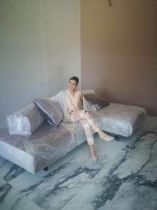 Carlotta Checchi nel suo showroom