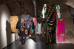 Gli abiti-scultura in mostra